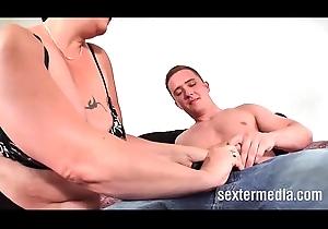 Reife Milf Fisting Stute melkt JungSchwanz - Hyperactive