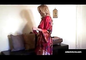 Ultimate MILF Julia Ann is banditry &_ operose surpassing lingerie!