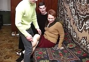 [ебалка.net] ryjaya-mamka-ublajaet-dvoih-pohotlivyh-parney