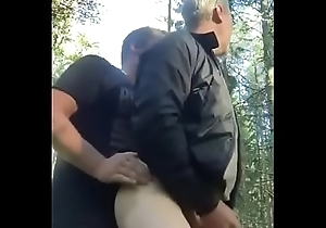 Dos maduros tienen sexo en el bosque