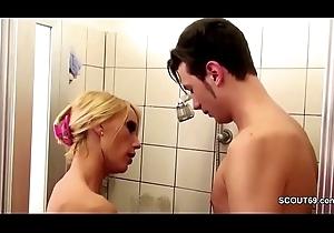 Geile Stief-Mutter fickt ihren Bubi Stief-Sohn down der Dusche